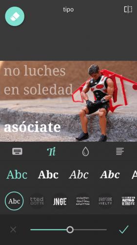 Imagen de un juguete con aspecto de héroe triste sentado en una acera y el texto